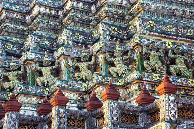 Schöne stuckstatuen um den tempel von wat arun, rajaworaram, thailand. Premium Fotos