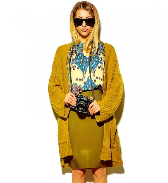 Schöne süße blonde frau in hipster kleidung Kostenlose Fotos