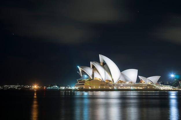 Schöne szenische ansicht von sydney-opernhausmarkstein von australien Premium Fotos