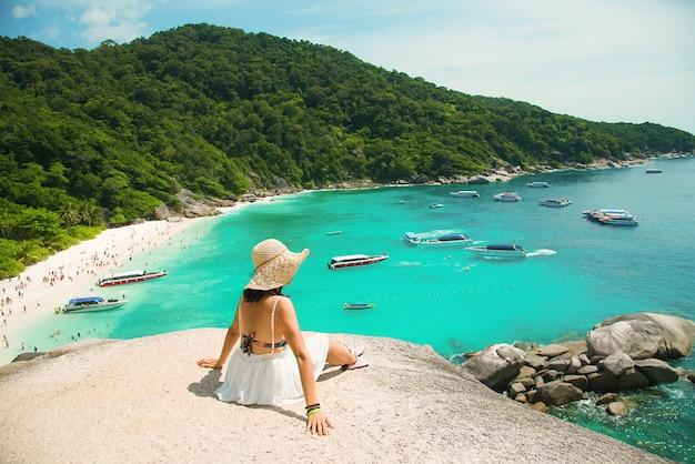 Schöne szenische fahrt der frauen schönes meer und blauer himmel in similan-insel, phuket, thailand. Premium Fotos