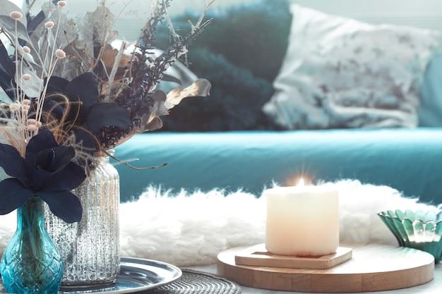 Schöne tasse tee und dekorationsgegenstände auf hellem holztisch, draufsicht. Kostenlose Fotos
