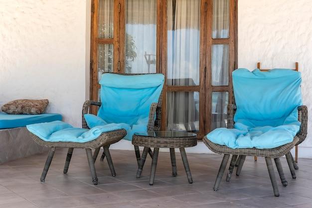Schöne terrasse mit zwei liegestühlen nahe tropischem strand nahe dem meer von sansibar-insel, tansania, afrika Premium Fotos