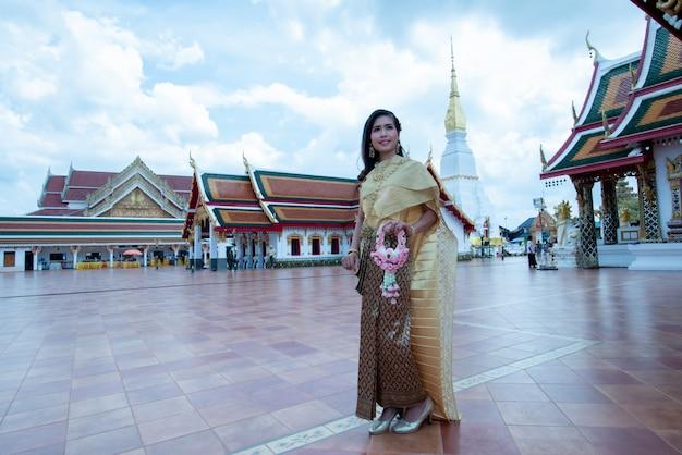 Schöne thailändische frau im trachtenkostüm am tempel von thailand Kostenlose Fotos