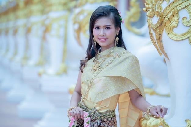 Schöne thailändische frau im trachtenkostüm in tempel phra that choeng chum thailand Kostenlose Fotos