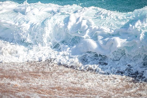 Schöne tobende meere mit meerschaum und wellen. Kostenlose Fotos