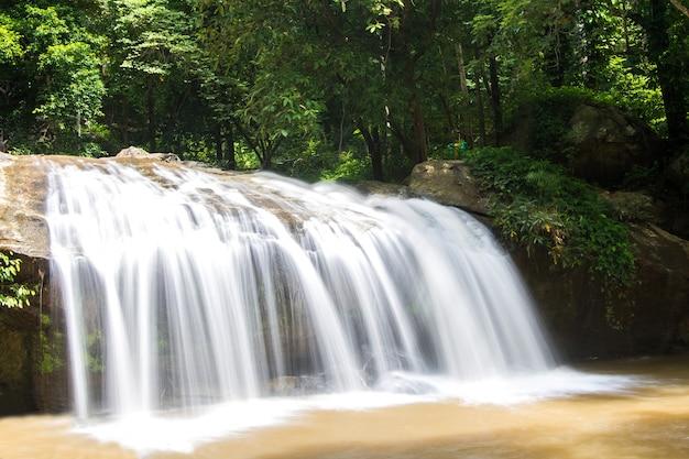 Schöne tropische landschaft des wasserfalls im nationalpark, thailand Premium Fotos