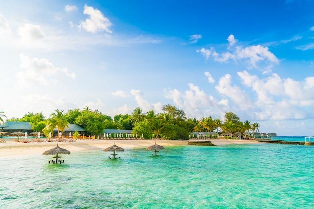 Schöne tropische malediven-insel mit weißem sandigem strand und meer. Premium Fotos
