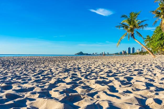 Schöne tropische naturlandschaft im freien von strandmeer und -ozean mit kokosnusspalme Kostenlose Fotos