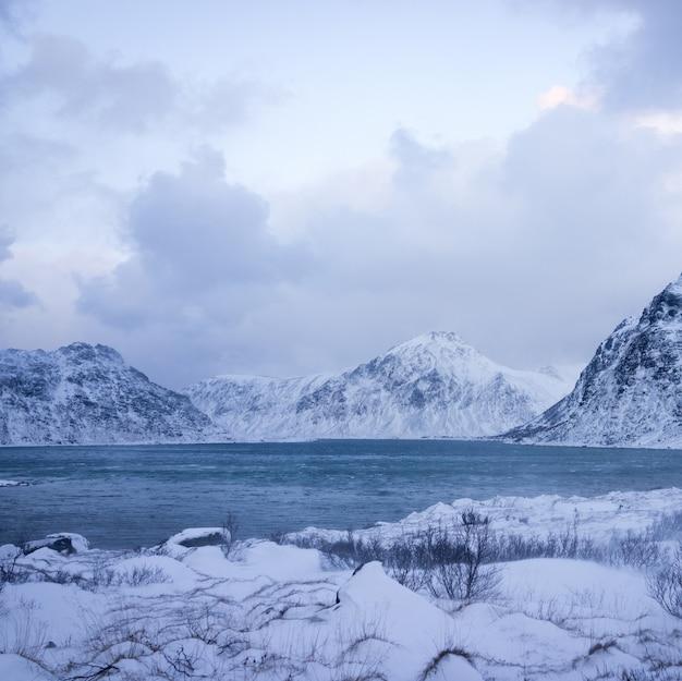 Schöne unberührte natur in nordskandinavien Premium Fotos