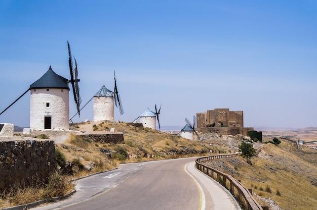 Schöne und alte windmühlen in weiß lackiert Premium Fotos