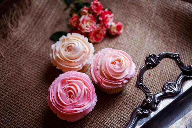 Schöne und leckere cupcakes mit sahne Premium Fotos