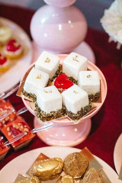 Schöne und leckere kuchen stehen auf dem festlichen tisch Kostenlose Fotos