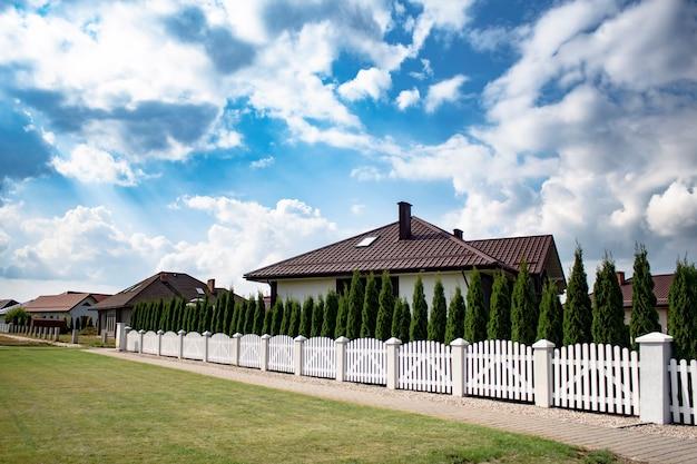 Schöne und moderne häuser gegen den himmel mit wolken Premium Fotos