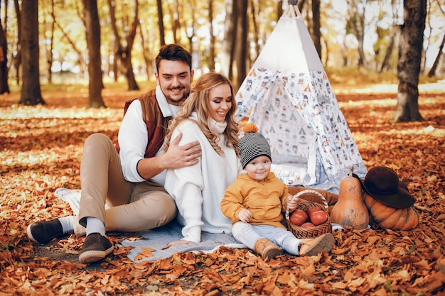 Schöne und stilvolle familie in einem park Kostenlose Fotos