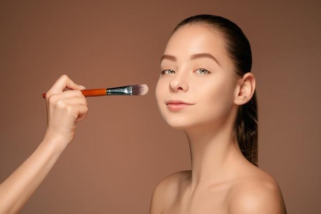 Schöne weibliche augen mit make-up und pinsel Kostenlose Fotos
