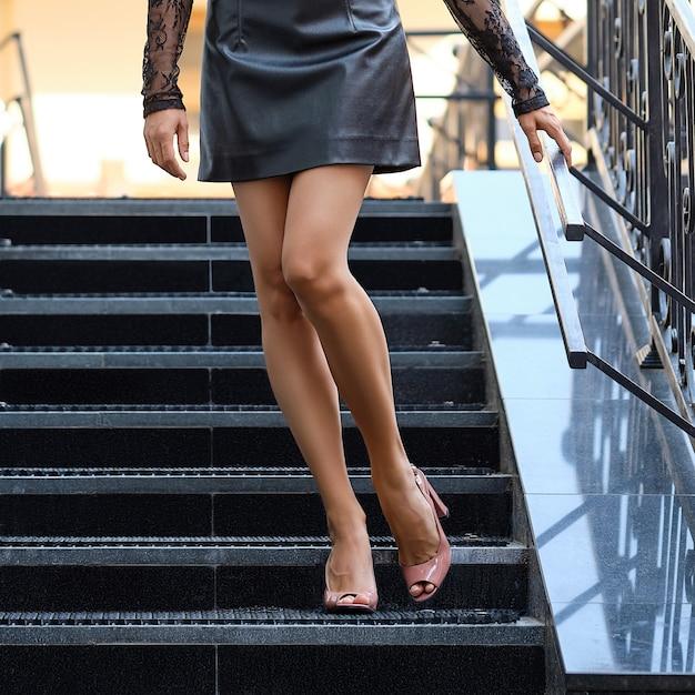 Schöne weibliche beine, welche die treppe absteigen Premium Fotos