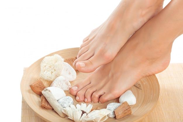 Schöne weibliche füße am badekurortsalon Premium Fotos