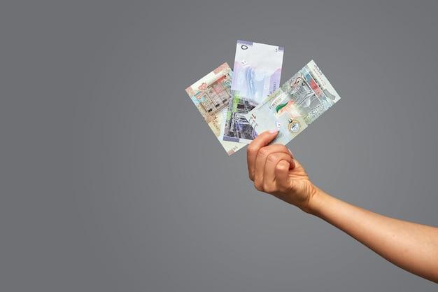 Schöne weibliche hände halten katar rial. Premium Fotos