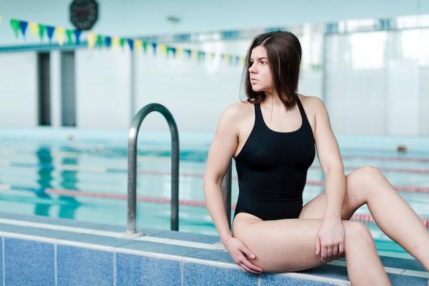 Schöne weibliche schwimmeraufstellung Kostenlose Fotos