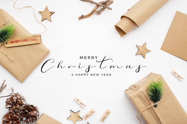 Schöne weihnachtspakete auf weißem tisch Kostenlose Fotos