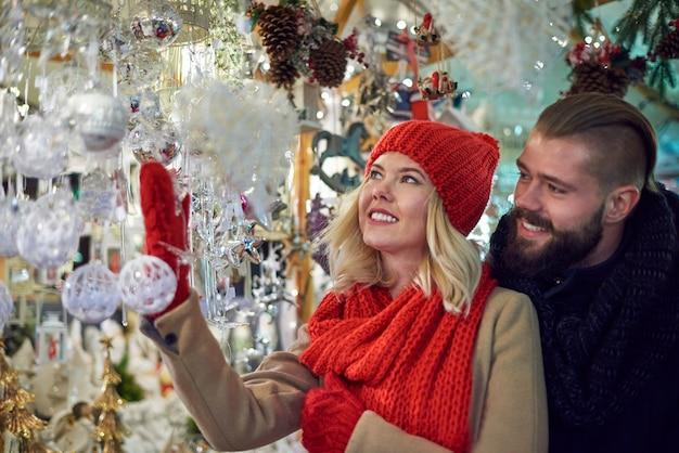 Schöne weihnachtsschmuck auf dem weihnachtsmarkt Kostenlose Fotos