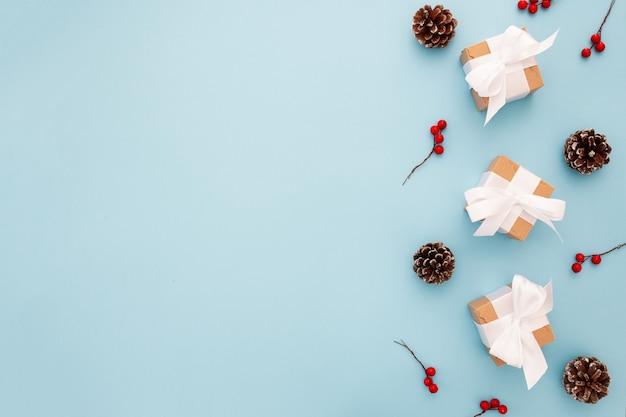 Schöne weihnachtszusammensetzung auf einem blauen hintergrund Kostenlose Fotos