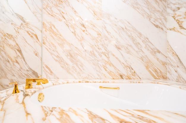 Schöne weiße luxusbadewanne und -hahn Premium Fotos