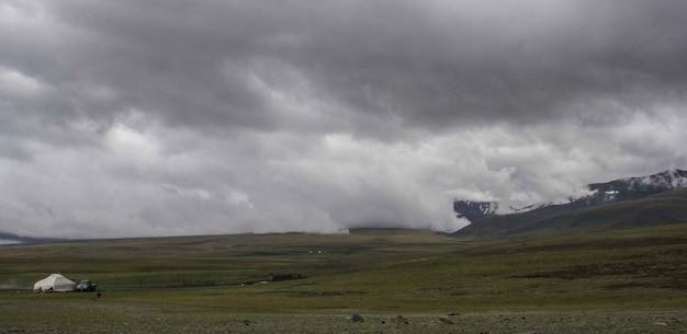 Schöne weite aufnahme des nebligen tieflandes unter einem grauen düsteren himmel Kostenlose Fotos