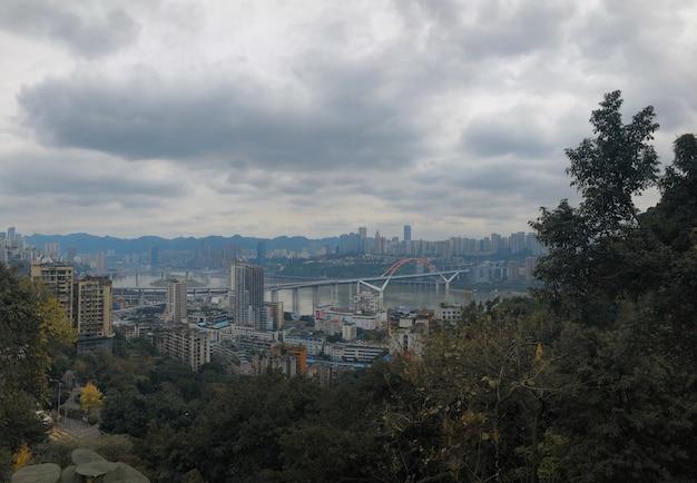 Schöne weite aufnahme von yuzhong qu, china mit bewölktem himmel und grün im vordergrund Kostenlose Fotos