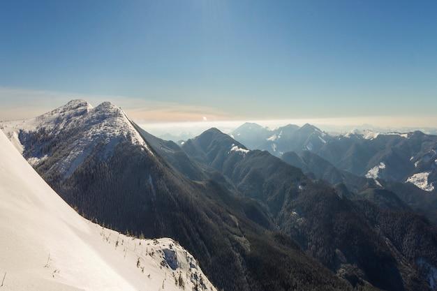 Schöne winterlandschaft. steiler berghang mit weißem tiefschnee, Premium Fotos