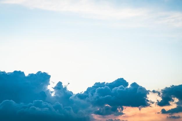 Schöne wolke und himmel vor sonnenuntergang hintergrund Premium Fotos