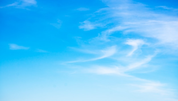 Schöne wolken auf hintergrund des blauen himmels. Premium Fotos