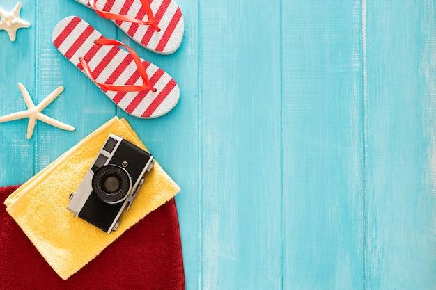 Schöne zusammensetzung mit sommermaterial auf einem blauen hölzernen hintergrund mit copyspace Kostenlose Fotos