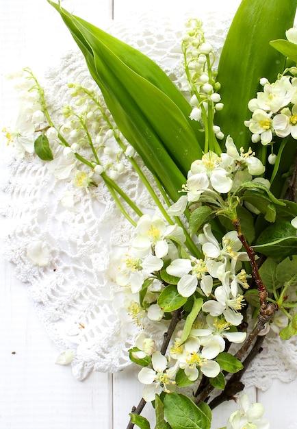 Schöner apfelbaumgarten der weißen blumen Premium Fotos