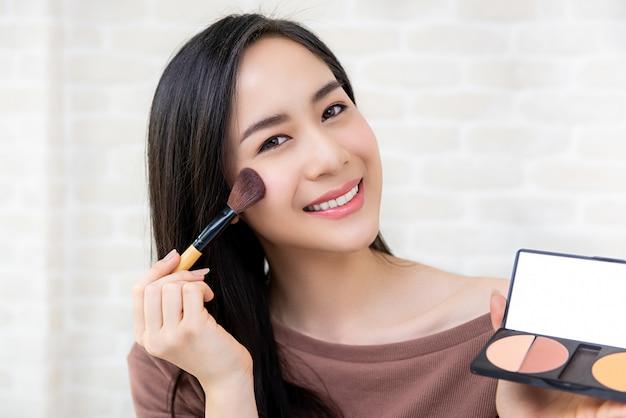 Schöner asiatinschönheit blogger, der kosmetisches make-uptutorial tut Premium Fotos