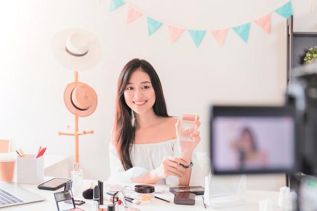 Schöner asiatischer frauenblogger zeigt, wie man kosmetik herstellt und benutzt. Premium Fotos