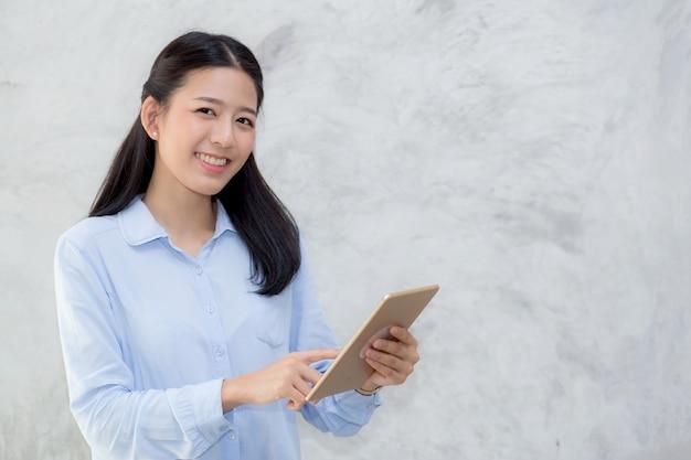 Schöner asiatischer frauennoten-tablet-computer. Premium Fotos