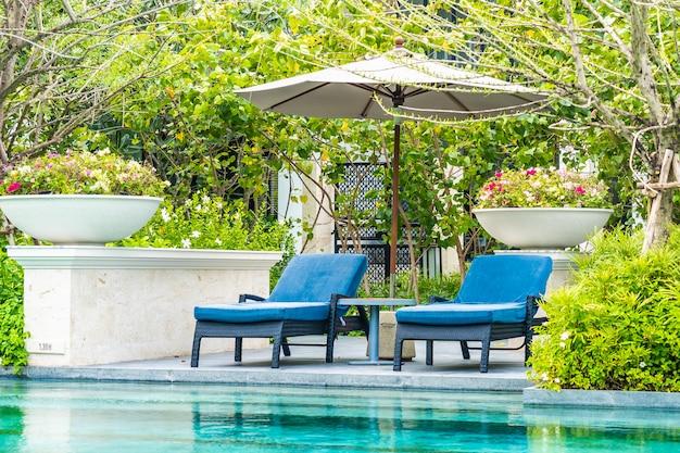 Schöner außenpool im hotel und resort mit liegestuhl und liegefläche für den freizeiturlaub Kostenlose Fotos