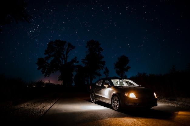Schöner autowerbung in der nacht Kostenlose Fotos