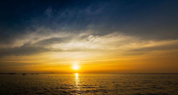 Schöner blauer himmel auf sonnenuntergangszeit und bewegungsunschärfewolke an der seeküste Premium Fotos