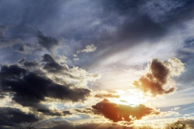 Schöner blauer himmel helle blaue, orange und gelbe farben sonnenuntergang. sofortbild, Premium Fotos
