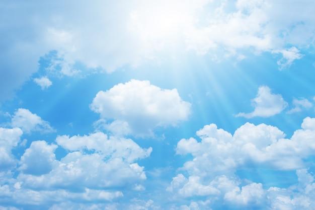Schöner blauer himmel mit sonne für hintergrund Premium Fotos