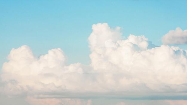 Schöner blauer himmel mit weißen wolken Kostenlose Fotos