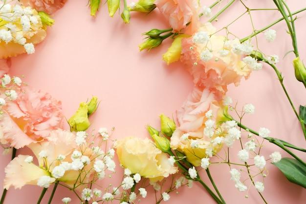 Schöner blumenkranz. blüte rosa eustoma lisianthus bouquet. blumenlieferung konzept. 8. märz, geburtstagskartenvorlage. tiefenschärfe. dekorationselement. Premium Fotos