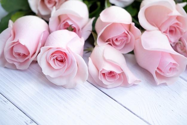 Schöner blumenstrauß aus weichen rosa rosen Premium Fotos