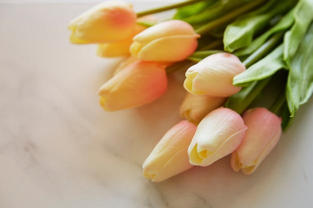 Schöner blumenstrauß von gefälschten weißen tulpen Premium Fotos