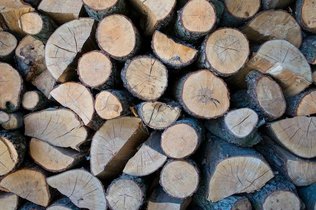 Schöner brennholzstapelhintergrund mit vielen holz Premium Fotos
