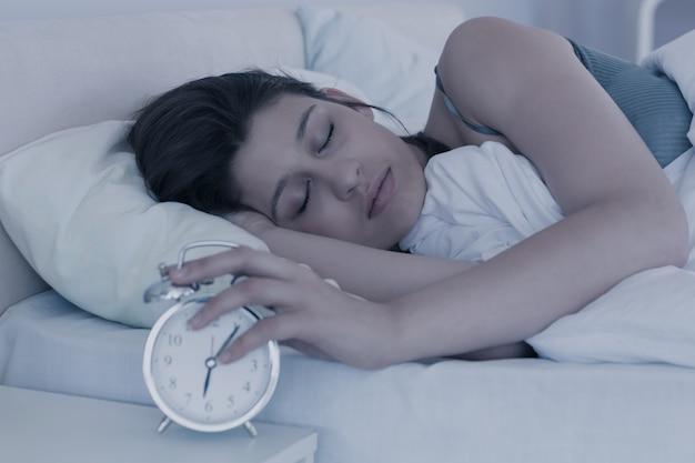 Schöner brunette, der in ihrem bett schläft Premium Fotos