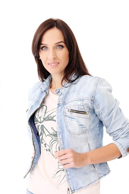 Schöner brunette in der jeanskleidung Kostenlose Fotos