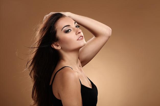 Schöner brunette mit abendmake-up Kostenlose Fotos